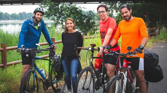 Katia Tarasconi incontra a Piacenza Daniele Valle (con il giubbotto azzurro) e i suoi compagni di viaggio