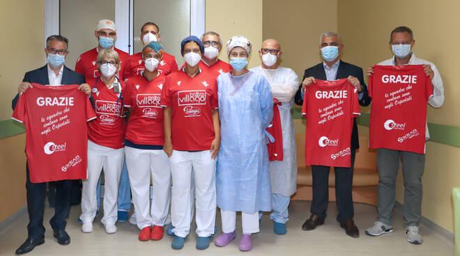 Le maglie donate dal Piacenza alla Terapia intensiva dell'ospedale cittadino