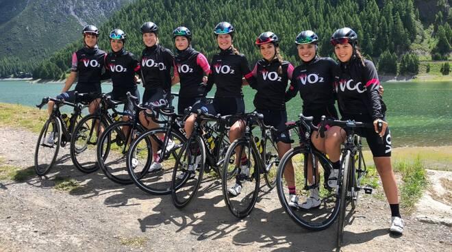 Nella foto, il VO2 Team Pink in ritiro a Livigno