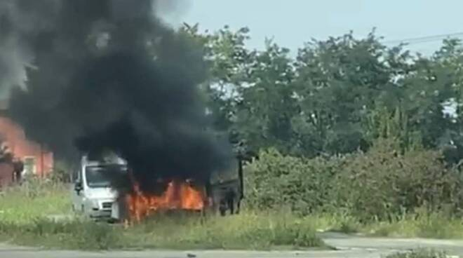 Camion prende fuoco