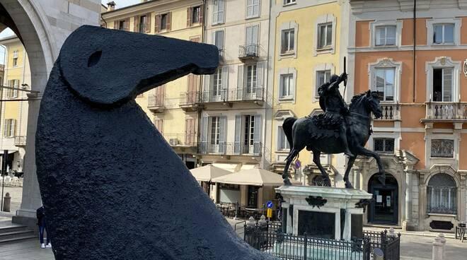 L'installazione di Mimmo Paladino in Piazza Cavalli
