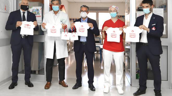 La consegna delle magliette del Piacenza in ospedale