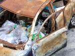 L'auto abbandonata in via Caduti sul Lavoro