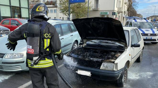 auto in fiamme