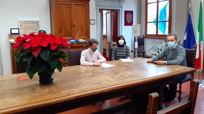 Nella foto il sindaco Bricconi insieme alla vicesindaca Toma e all'assistente sociale Silvia Fanzini)