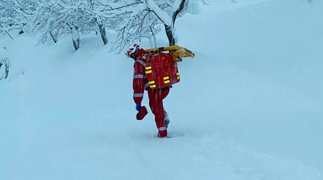 Soccorsi Croce Rossa sotto la neve