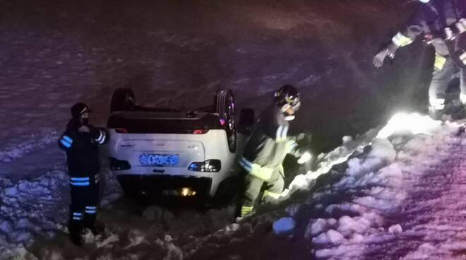 Jeep ribaltata nella neve