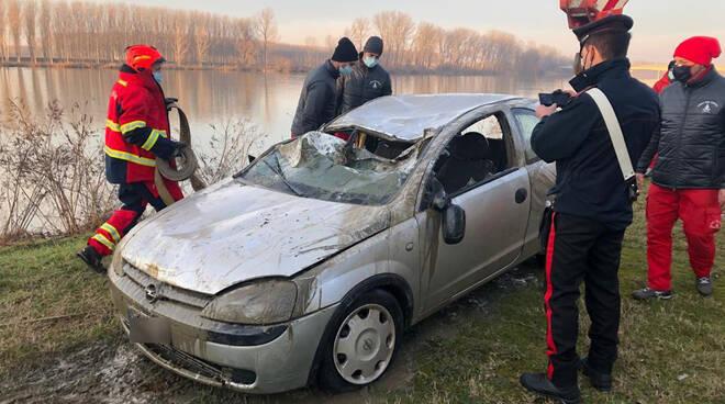 L'auto recuperata dal fiume Po