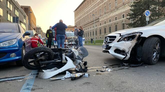 scooter contro auto via Cavour