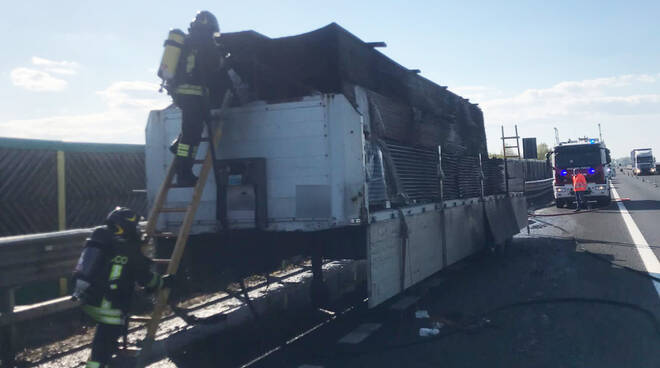 Camion in fiamme sull'A21