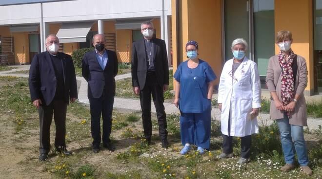 Il vescovo Adriano Cevolotto in visita all'hospice
