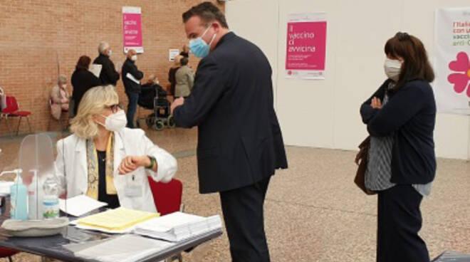 L'assessore Donini in visita al centro vaccinale di Ravenna