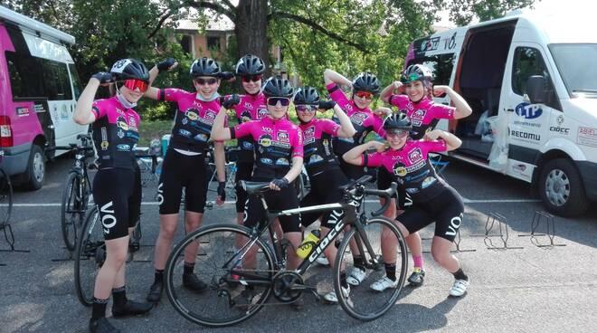 La formazione Allieve del Ciclismo Giovanile VO2 Team Pink