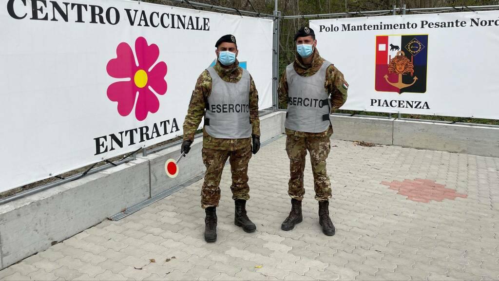 Militari in servizio al centro vaccinale di Piacenza