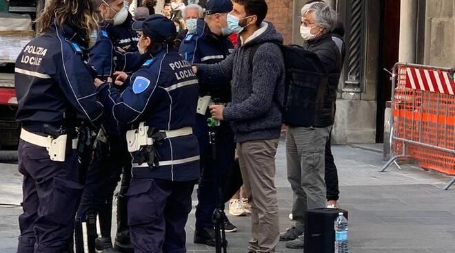 Musicista largo battisti polizia