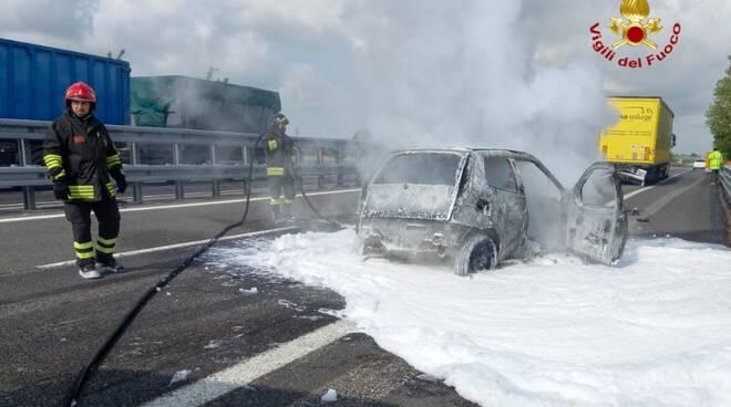auto incendiata in A21