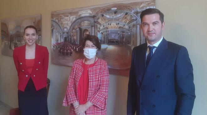 Elena Baio con il console della Moldova
