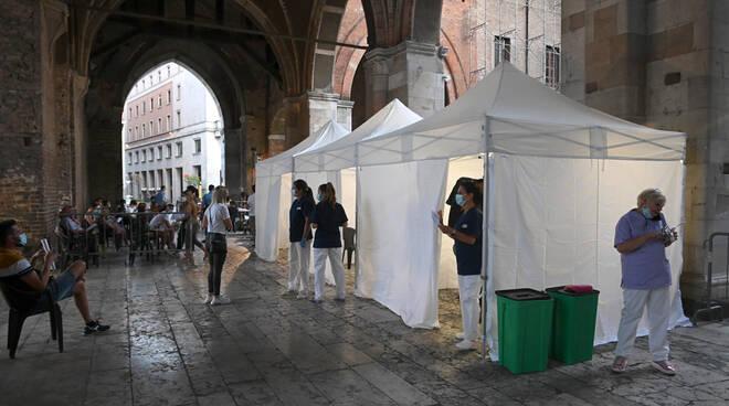 Vaccino senza prenotazione sotto ai portici del Gotico