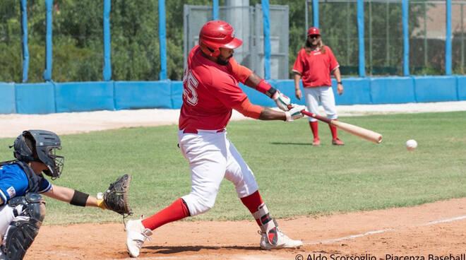 Nella foto (di Aldo Scorsoglio) Yamil Calderon (Piacenza Baseball) alla battuta
