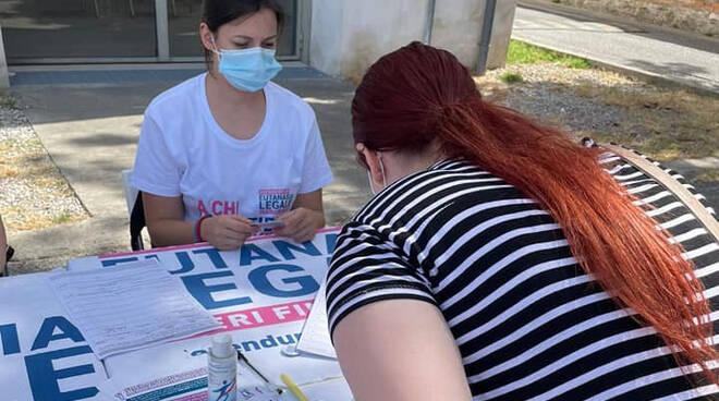Un banchetto per la raccolta firme (foto dalla pagina Fb dell'Associazione Luca Coscioni)