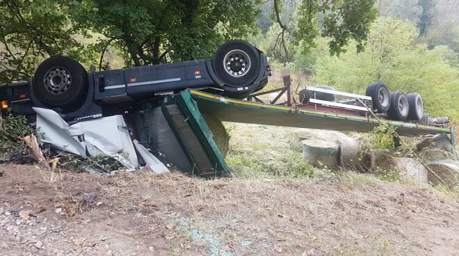 camion ribaltato a Case Gazzoli