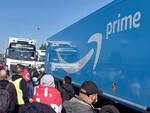 La manifestazione al magazzino Amazon (foto dalla pagina Fb del Si Cobas)